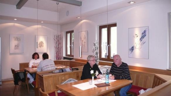 Grafiken von Ernst Weckert im Weinhaus Ewig Leben.